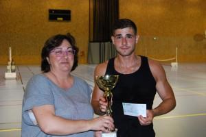 Jeremy Bonifazi, classé 18, vainqueur du tournoi reçoit sa dotation.